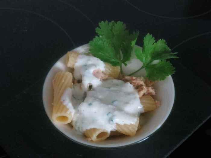 Ensalada de pasta y atún con salsa deyogur